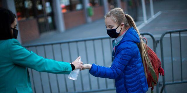 Arkivbild: En elev i Bryssel spritar händerna inför skoldagen.  Francisco Seco / TT NYHETSBYRÅN
