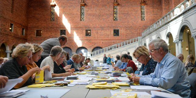 Räkning av förtidsröster och utlandsröster i Stockholms stadshus på onsdagen. Anders Wiklund/TT / TT NYHETSBYRÅN