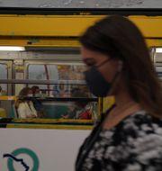 Kvinna framför tunnelbana i Paris, Frankrike/Arkivbild Francois Mori / TT NYHETSBYRÅN
