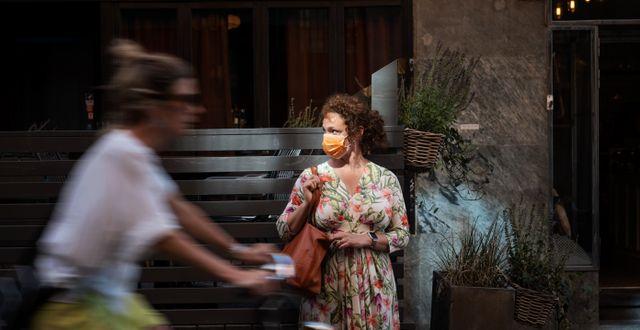 Kvinna med munskydd.  Stina Stjernkvist/TT / TT NYHETSBYRÅN