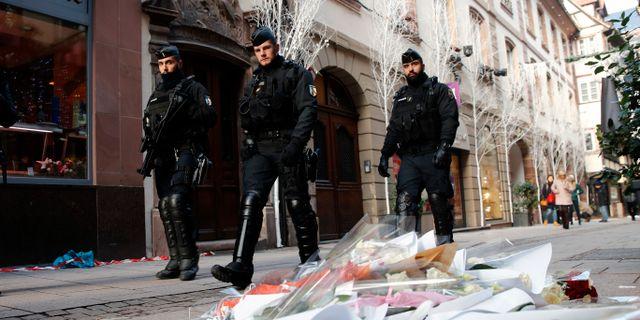 Fransk polis patrullerar gatorna efter dådet.  Christophe Ena / TT NYHETSBYRÅN/ NTB Scanpix