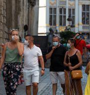 Människor på Bryssels gator. Virginia Mayo / TT NYHETSBYRÅN