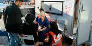 Röda korsets personal i arbete med att hjälpa flyktingar som kommer till Malmö Central, 2015. Anders Wiklund/TT / TT NYHETSBYRÅN