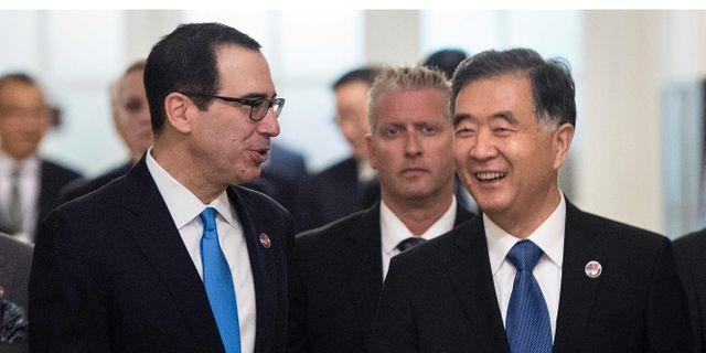 Mnuchin och en av Kinas vice premiärministrar, Wang Yang, på lördagen. BRENDAN SMIALOWSKI / AFP