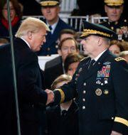 Donald Trump skakar hand med Mark Milley i samband med att han svärs in, år 2017. Pablo Martinez Monsivais / TT NYHETSBYRÅN