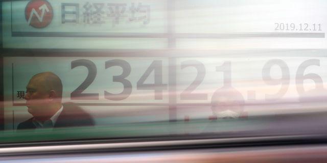 En elektronisk tavla visar utvecklingen på Nikkei 225-index i Tokyo, Japan.  Eugene Hoshiko / TT NYHETSBYRÅN
