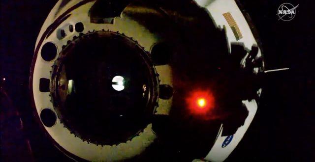 Bild som visar hur farkosten lämnar Internationella rymdstationen. TT NYHETSBYRÅN
