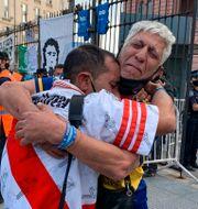 Supportrar för fienderna River Plate och Boca Juniors förenas i sorgen. Debora Rey / TT NYHETSBYRÅN