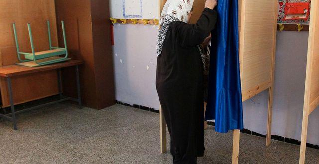 En kvinna röstar i Algeriet.  STRINGER / AFP