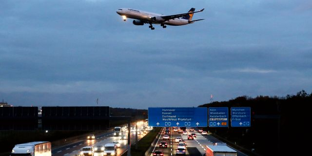 Antalet in- och utrikesflygningar från Sverige minskade ifjol. Här ser vi ett Lufthansa-plan i tyska Frankfurt. Michael Probst / TT NYHETSBYRÅN