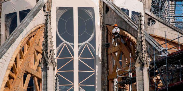 En byggnadsarbetare vid Notre-Dame RAFAEL YAGHOBZADEH / POOL