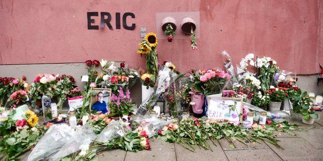Blommor och och ljus på den plats där Eric Torell blev ihjälskjuten av polisen. Stina Stjernkvist/TT / TT NYHETSBYRÅN