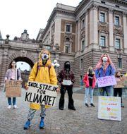 Greta Thunberg och flera andra aktivister.  Jessica Gow / TT NYHETSBYRÅN