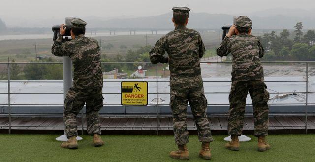 Sydkoreanska militärer tittar mot Nordkorea. Ahn Young-joon / TT / NTB Scanpix