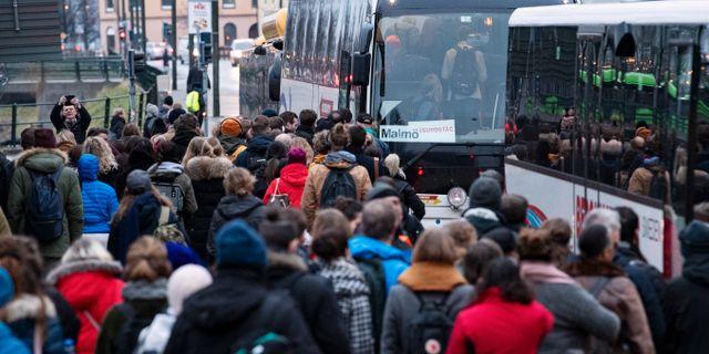 Tåg för att komma ombord på ersättningsbussarna. Johan Nilsson/TT / TT NYHETSBYRÅN