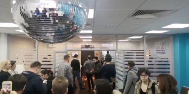 En skärmdump från en video uppges visav hur polisen sågar sig in genom dörren till Navalnyjs kontor Anti-Corruption Foundation / TT NYHETSBYRÅN