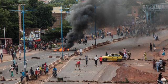 Protester mot den sittande regeringen. Baba Ahmed / TT NYHETSBYRÅN