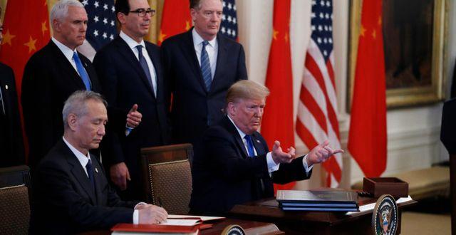 Trump och Kinas vice premiärminister Liu He i går. Steve Helber / TT NYHETSBYRÅN