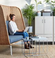 Skapa rum i rummet med en smart soffa med avskiljande rygg och sidor. Flera likadana soffor kan flyttas ihop för att skapa ett litet bås för arbetsro.
