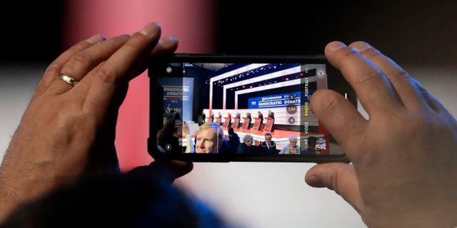 En person tar en bild på startfältet under den förra debatten. Chris Carlson / TT NYHETSBYRÅN