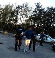 En av de misstänkt för skjutningen i Gamlestaden grips av polis. Birgitta Nilsson/POLISEN/TT/ TT NYHETSBYRÅN
