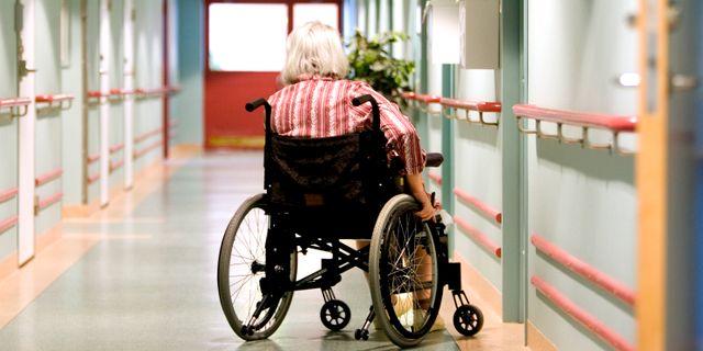 En kvinna i rullstol på ett äldreboende i Vingåker.  PONTUS LUNDAHL / TT / / TT NYHETSBYRÅN