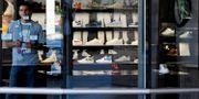 En anställd på en Nike-butik i Beverly Hills, USA.  Damian Dovarganes / TT NYHETSBYRÅN