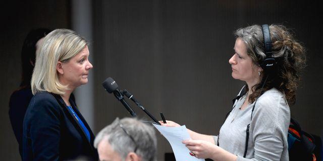 Finansminister Magdalena Andersson (S) intervjuas av journalister efter att presenterat en prognos för det ekonomiska läget under en pressträff i Rosenbad. Janerik Henriksson/TT / TT NYHETSBYRÅN