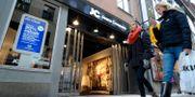 Illustration. Två kvinnor går förbi JC:s butik i centrala Stockholm. ANDERS WIKLUND / TT / TT NYHETSBYRÅN