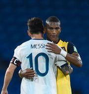 Messi kramar om Ecuadors Carlos Gruezo.  Marcelo Endelli / TT NYHETSBYRÅN