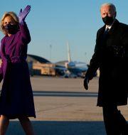 Jill och Joe Biden på Andrews Air Force Base. Evan Vucci / TT NYHETSBYRÅN