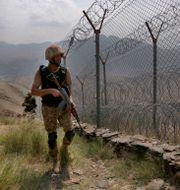 Pakistanska militärer patrullerar längs gränsen till Afghanistan.  Anjum Naveed / TT NYHETSBYRÅN