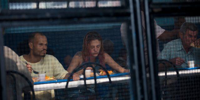 Brasilianare äter vid ett soppkök. Silvia Izquierdo / TT NYHETSBYRÅN