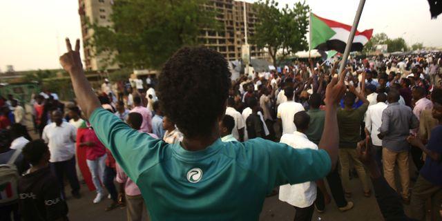 Protester utanför militärhögkvarteret Khartoum.  ASHRAF SHAZLY / AFP