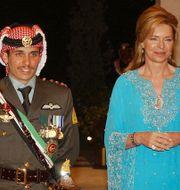 Förre kronprinsen Hamza och Jordaniens tidigare drottning Noor/Arkivbild från 2004 HUSSEIN MALLA / TT NYHETSBYRÅN