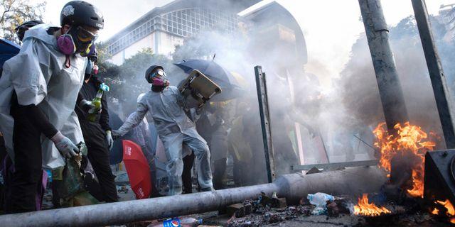 Demonstranter under en sammandrabbning vid det polytekniska universitet i Hongkong.   Ng Han Guan / TT NYHETSBYRÅN