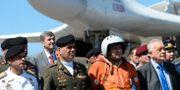 Venezuelas försvarsminister framför ett av de ryska bombplanen. FEDERICO PARRA / AFP