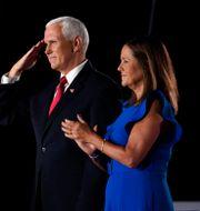 Donald Trump överraskade Pence med att gå upp på scenen efter vicepresidentens tal. Andrew Harnik / TT NYHETSBYRÅN