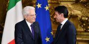 Conte skakar hand med president Sergio Mattarella under ceremonin. ALBERTO PIZZOLI / AFP