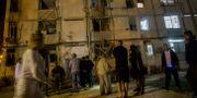 Israeler utanför byggnaden som träffades av raketen från Gaza  Tsafrir Abayov / TT NYHETSBYRÅN