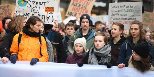 Greta Thunberg tillsammans med tyska ungdomar under en skolstrejk för klimatet i Hamburg.  Daniel Reinhardt / TT NYHETSBYRÅN/ NTB Scanpix