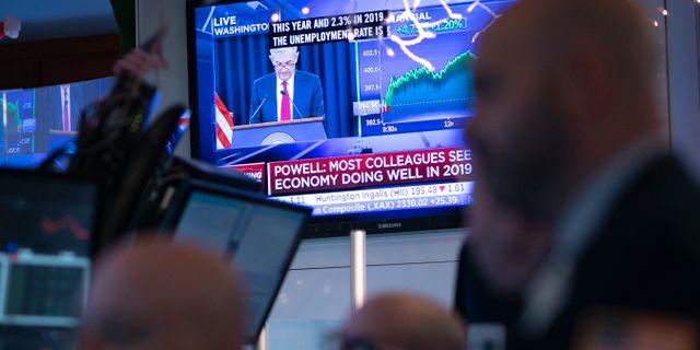 Arkivbild: Tradare på Wall Streets börsgolv lyssnar på Fed. Mark Lennihan / TT NYHETSBYRÅN/ NTB Scanpix