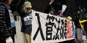 Demonstranter utanför parlamentet i Tokyo protesterar mot beslutet att tillåta mer arbetskraftsinvandring i Japan.  KAZUHIRO NOGI / AFP