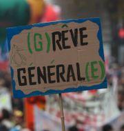 Demonstranter inleder protester mot pensionsförslaget. 5 december 2019. Thibault Camus / TT NYHETSBYRÅN