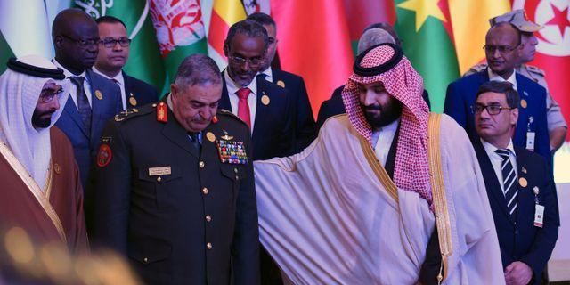 Mohammed bin Salman hjälper den jordanske generalen Mahmoud Freihat under en fotografering på söndagen. FAYEZ NURELDINE / AFP