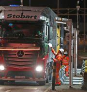 """Den första lastbilen att köra via terminalen mellan EU och Storbritannien, """"EU-tunneln"""" i Folkstone i Kent.  Gareth Fuller / TT NYHETSBYRÅN"""
