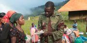 Soldat delar ut mat i Chimanimani. Tsvangirayi Mukwazhi / TT NYHETSBYRÅN