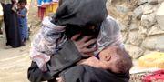 Nyfödda Zahra ammar sin mamma i Aslam, Yemen.  Hammadi Issa / TT NYHETSBYRÅN/ NTB Scanpix