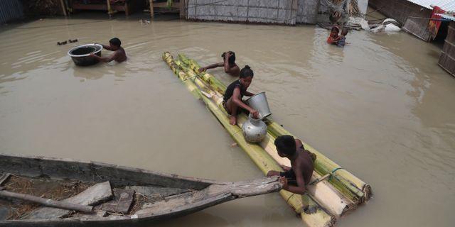 Översvämmad by i Assam. Anupam Nath / TT NYHETSBYRÅN