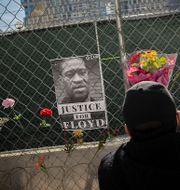 Blommor utanför rättssalen för George Floyd. Elizabeth Flores / TT NYHETSBYRÅN